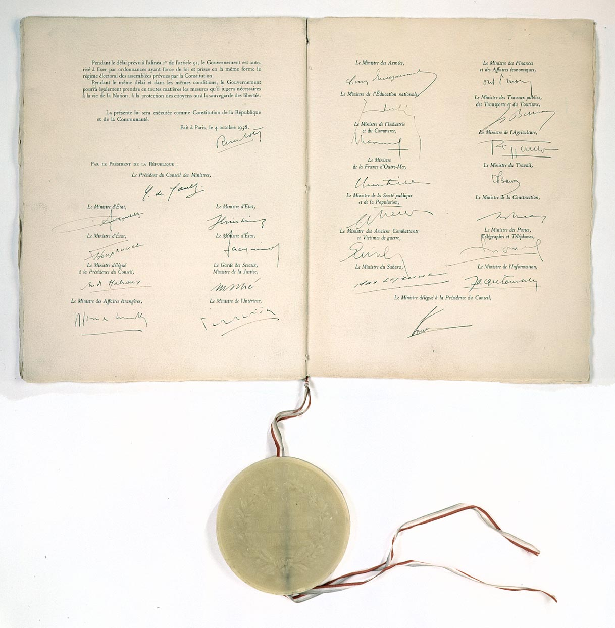 Constitution_de_la_Ve_République_(4_octobre_1958)_Page_de_signatures_-_Archives_Nationales_-_AE-I-29_bis_n°_19